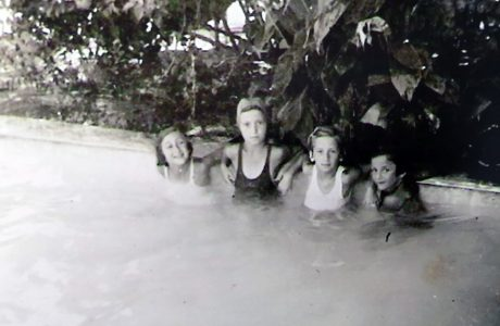 משכשכות במימי הבריכה